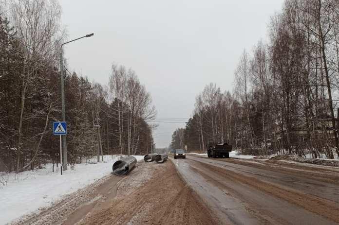 В Касимовском районе с грузовика на дорогу упали металлические трубы