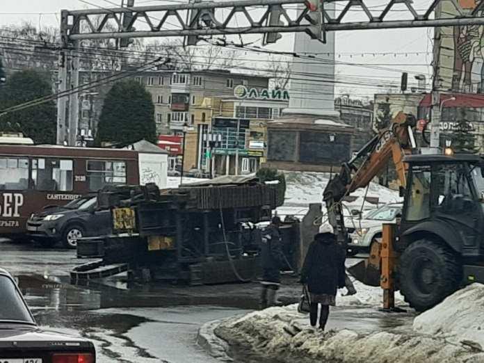 ДТП с буровой установкой на Московском шоссе попало на видео