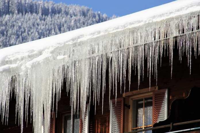 Рязанец отсудил у ТСЖ 300 000 рублей за упавший на автомобиль лед