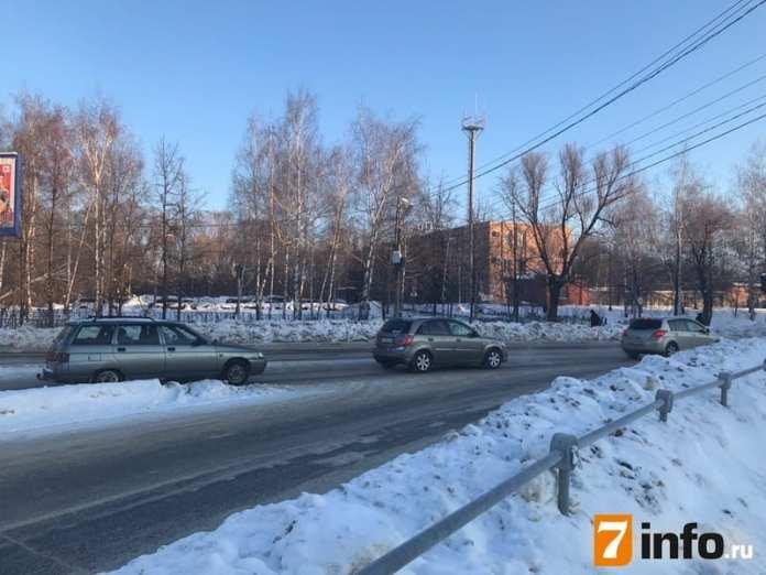 Из-за аварии на водопроводе в центре Рязани затруднено движение, вода затопила улицу Каширина