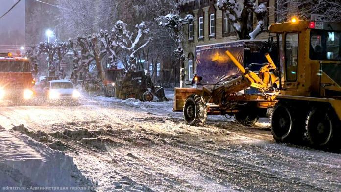Более 100 единиц спецтехники убирали последствия ночного снегопада на рязанских улицах