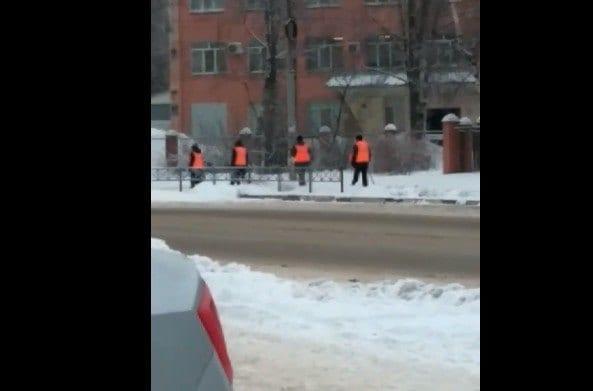 В Рязани рабочие сфотографировались для отчёта, но не стали убирать тротуар – соцсети