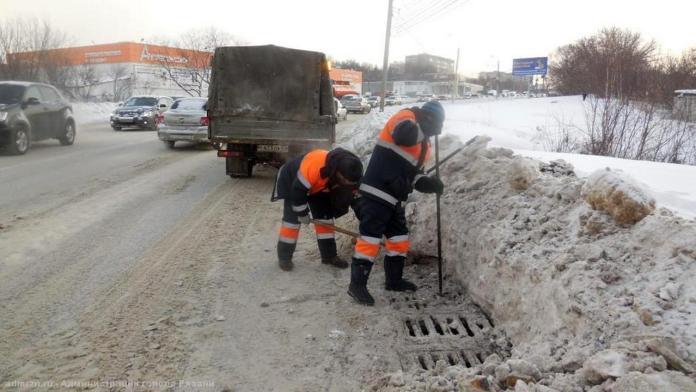 В Рязани от снега и наледи очищают ливнёвки