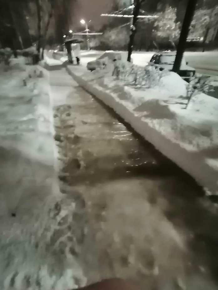 В Рязани вода из люка затапливает улицу
