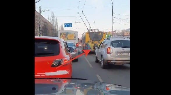 В центре Рязани зацепер проехал на троллейбусе