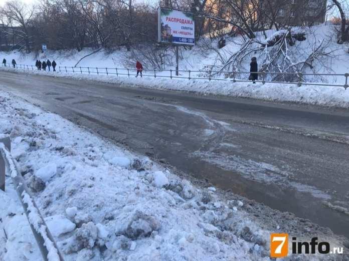 Фоторепортаж с улиц Каширина и Семинарской, которые перекрыли из-за аварии на водопроводе
