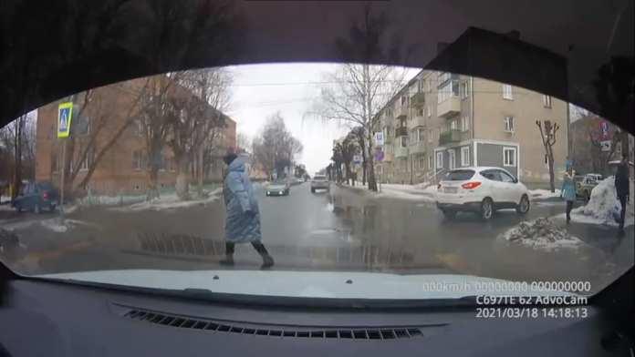 В центре Рязани машина чуть не сбила женщину на переходе