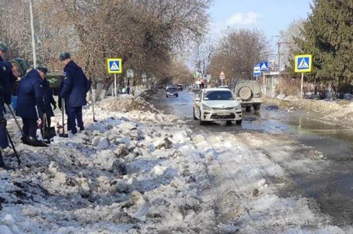 В Рязани десантники забросали снегом проезжую часть улицы