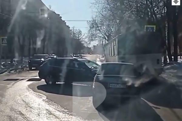 На перекрёстке в Горроще столкнулись две легковушки и троллейбус