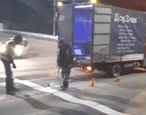 """""""Стоп-линию"""" на разбитую дорогу нанесли рабочие на Касимовском шоссе в Рязани"""