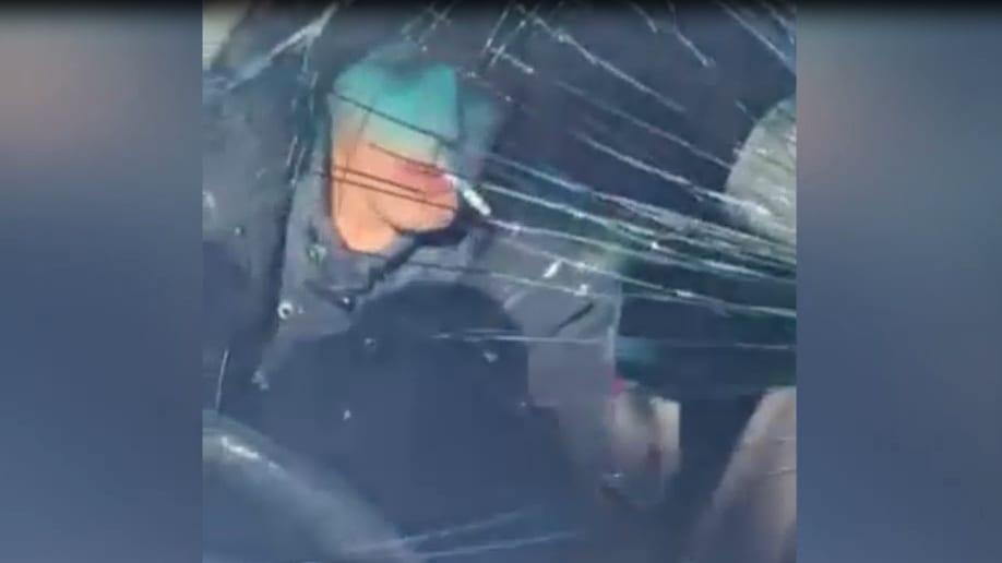 Подозреваемый рецидивист при задержании прокатил оперативника на капоте