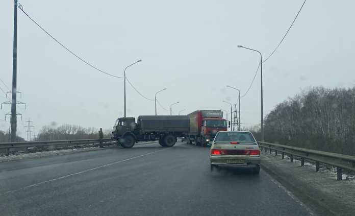 Военный «Камаз» практически полностью перекрыл Южную окружную дорогу в Рязани