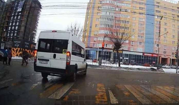 В Кальном засняли маршрутчика, проехавшего на красный по встречке