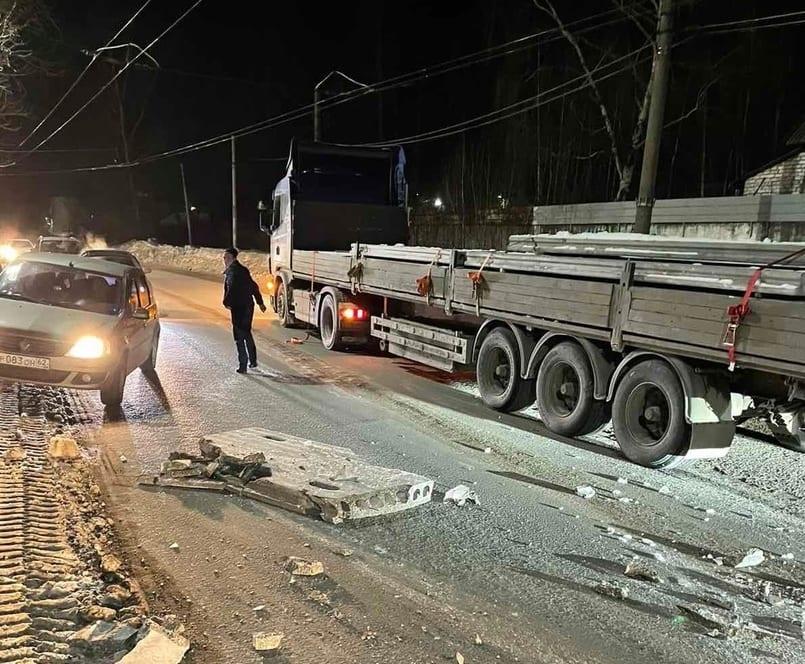В Рязани из грузовика на дорогу выпали бетонные блоки