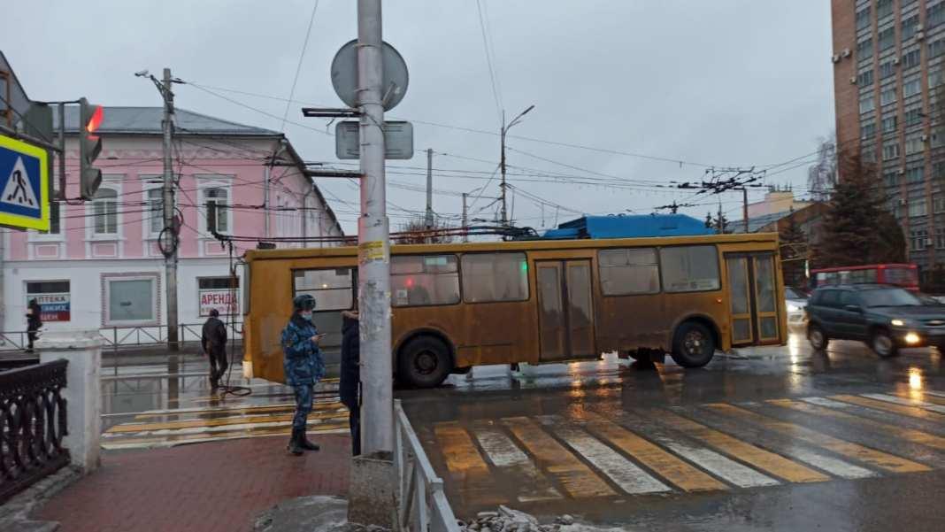 Из-за сломавшегося троллейбуса в центре Рязани образовалась пробка