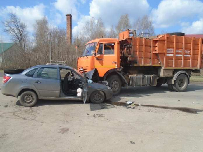 Три человека пострадали в аварии Lada Granta и мусоровоза в Ряжске