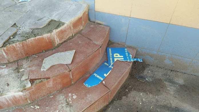 Хулиганы разгромили вход в орловское отделение ЛДПР