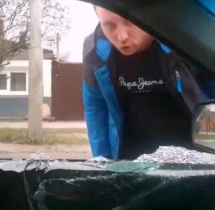 В Рязани разъяренный мужчина разбил окно в чужой машине из-за дорожного конфликта
