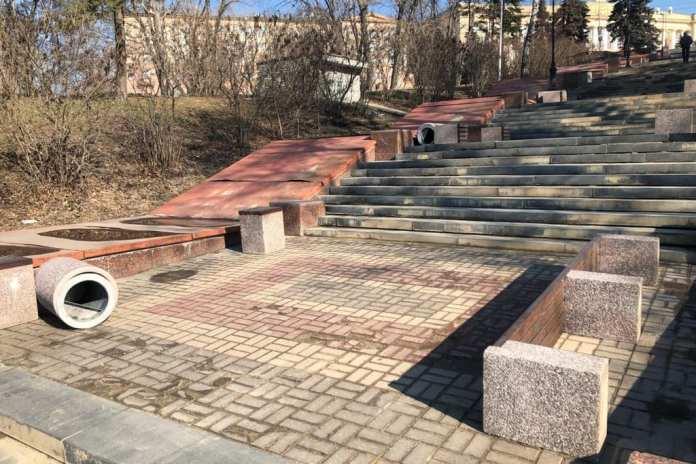 В Липецке вандалы испортили урны и скамейки на Петровском спуске