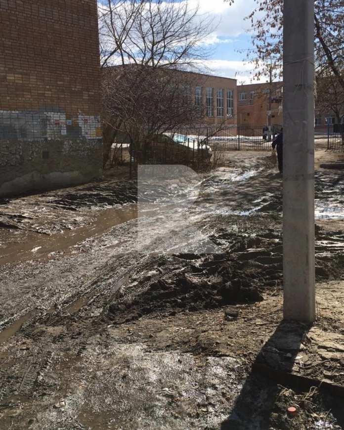 По дороге в школу рязанцы вынуждены преодолевать «грязевое препятствие»
