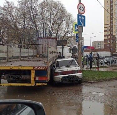 В Рязани грузовик «задавил» легковушку