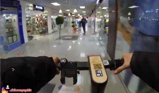ГИБДД накажет авторов ролика, проехавших на самокате по проезжей части