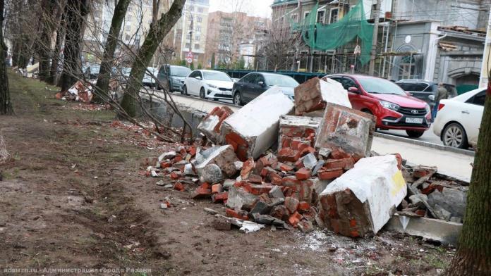 Строительный мусор и обломки ограждения из Верхнего городского парка вывезут до конца недели