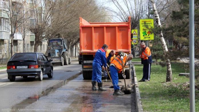Сотрудники администрации вновь вышли на уборку рязанских улиц