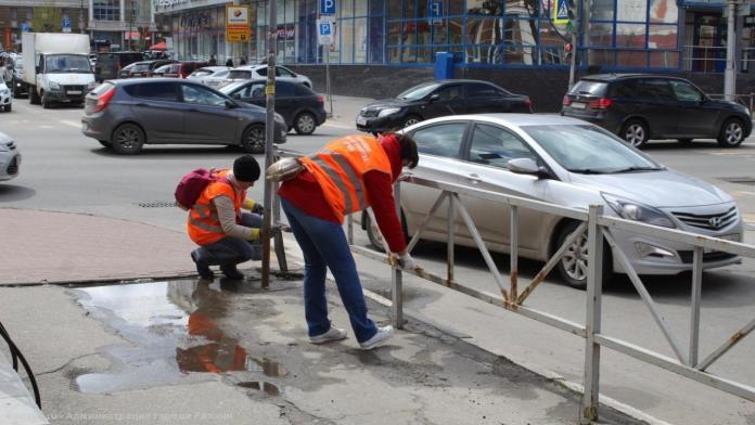 В центре Рязани покрасили 500 квадратов пешеходных ограждений