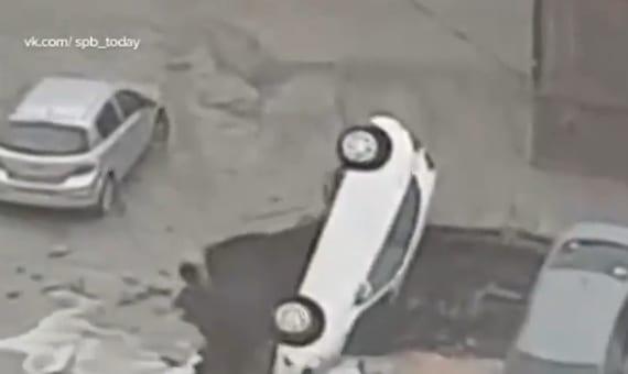 Три машины провалились под землю в Петербурге