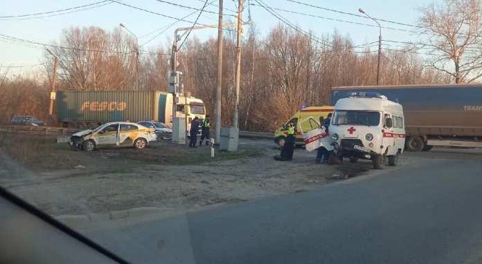 Фельдшер пострадал в аварии автомобиля скорой помощи и такси на Южной окружной в Рязани