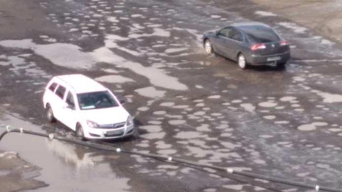 Участок дороги в Брянске размыло спустя несколько дней после ремонта