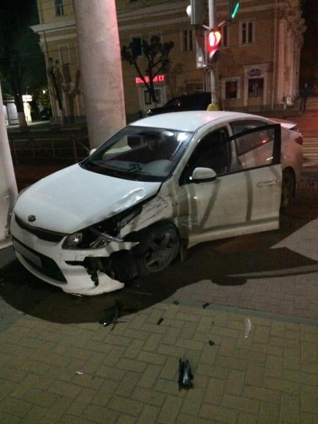 Два человека пострадали в аварии Toyota Land Cruiser и Kia Rio в центре Рязани