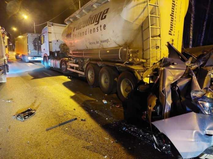 Три человека пострадали в массовой аварии с четырьмя машинами на Южной окружной