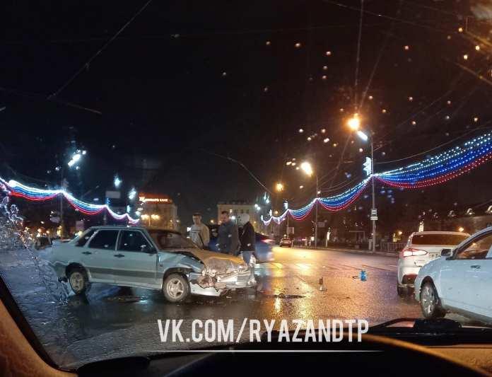 Жесткая авария произошла на площади Ленина в Рязани