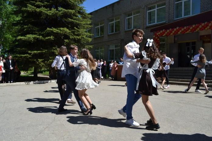 """В школах Рязанской области прозвенели """"Последние звонки"""""""