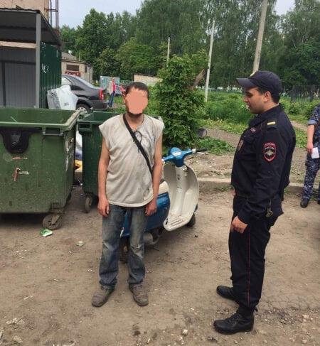 В Рязани мужчины пытались украсть скутер из подъезда дома
