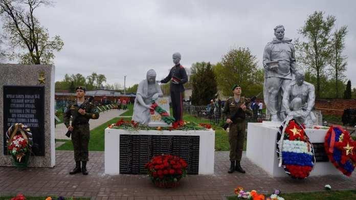 Жителей Скопина возмутил раскрашенный памятник на кладбище