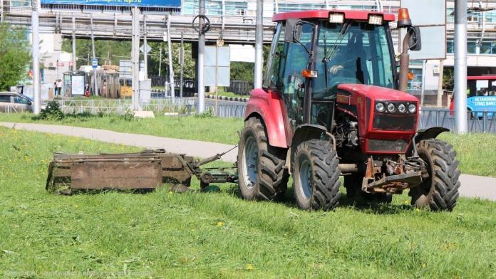 В Рязани начали выкашивать траву
