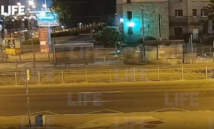 В Петербурге пьяный водитель на каршеринге снёс остановку