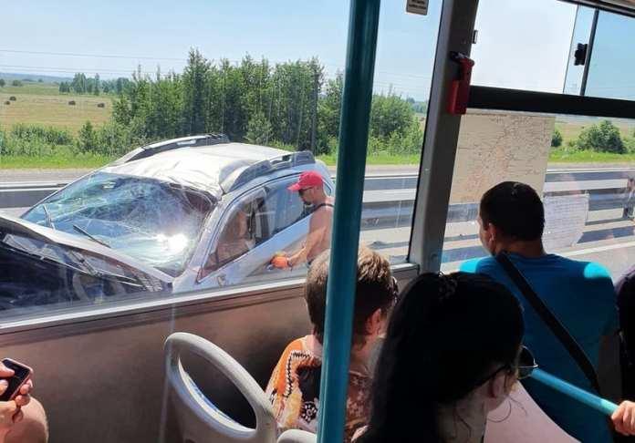 Под Рязанью автомобиль врезался в отбойник
