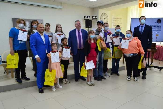 """В рязанской центральной библиотеке имени Есенина открыли выставку с картинами """"особенных"""" детей"""