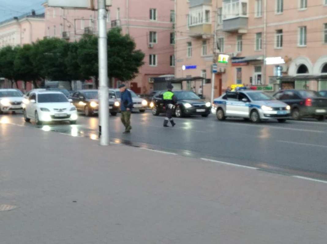 В Рязани сотрудники ГИБДД остановили движение, чтобы помочь перейти дорогу пенсионеру