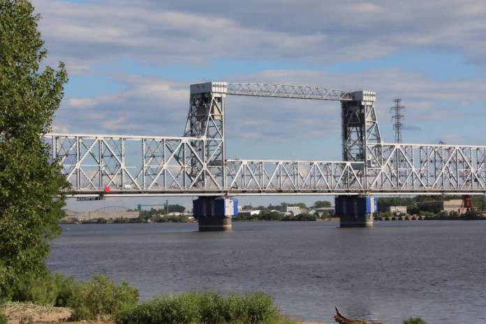Запрет на ночное движение по Северодвинскому мосту в Архангельске продлили до 31 августа