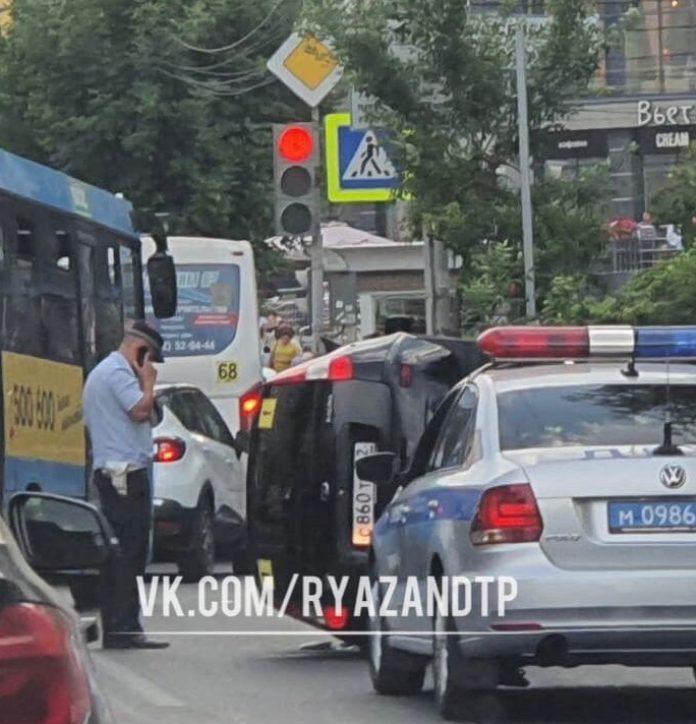 Lada Kalina перевернулась в центре Рязани