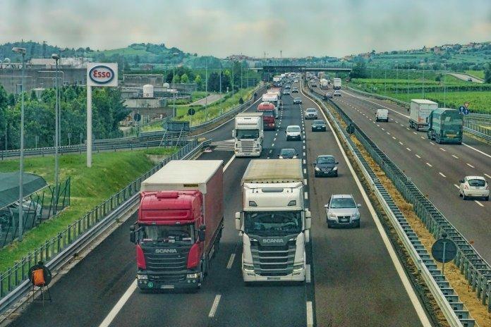 К 2024 году в России планируют внедрить беспилотные грузовики