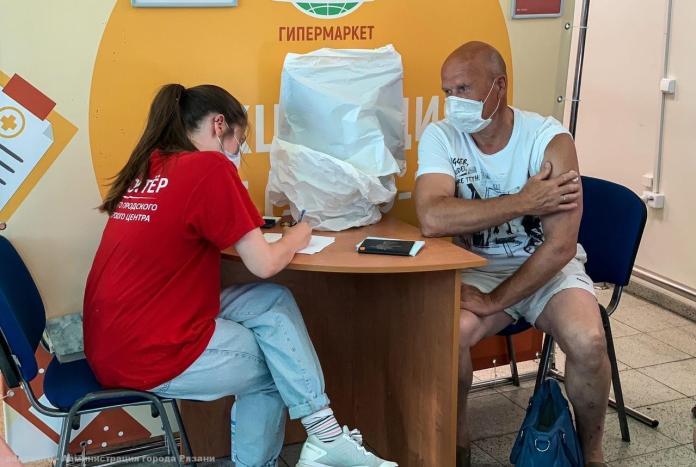 Рязанцев приглашают присоединиться к волонтерам в пунктах вакцинации в ТЦ