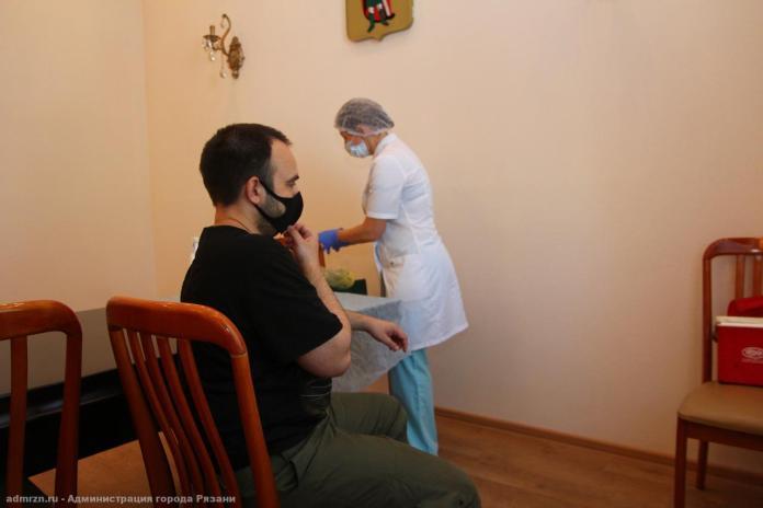 Работники рязанской администрации получили второй компонент вакцины от COVID-19