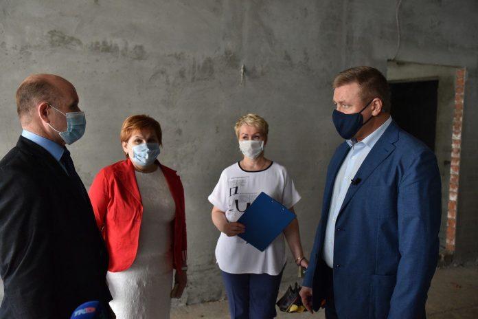 Любимов поручил завершить строительство пристройки к детсаду №99 под угрозой увольнения