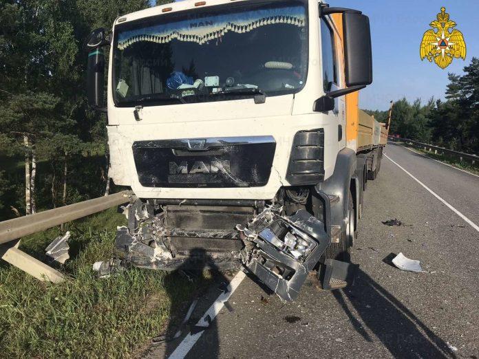 В Калужской области Mitsubishi Lancer столкнулся с фурой, погиб человек